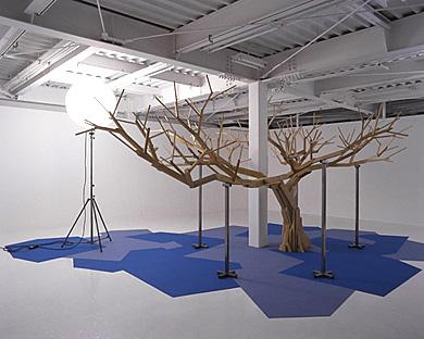 Un arbre en bois sous un soleil e lectrique a wooden tree under an electric sun / 2005 - Pierre Malphettes