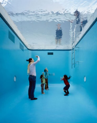 The Swimming Pool © Leandro ERLICH Photo: Atsushi Nakamichi / Nacása & Partners, Courtesy of 21st Century Museum of Contemporary Art, Kanazawa