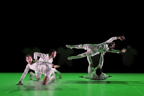 ロス・タイム:コンテンポラリーダンスとサッカー