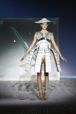 3_Hussein_Chalayan_Spring_Summer_07_photo_Chris_Moore.jpg