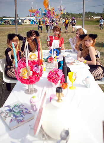 table_with_partydolls_photo_by_akira_inoue3.jpg